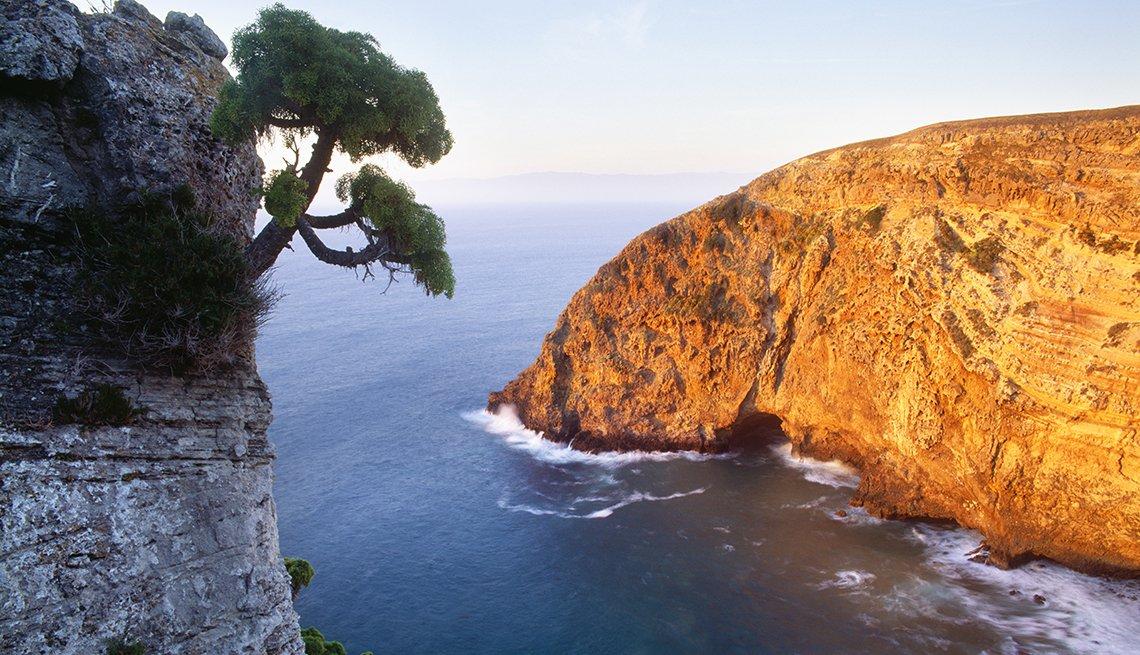 La costa norte de la isla de Santa Cruz al atardecer en California
