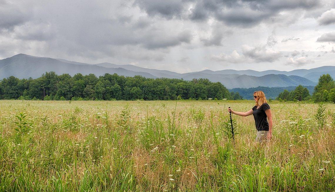 Mujer camina en el campo.