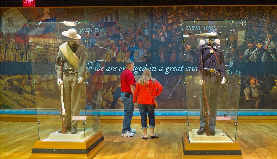 Dos personas visitan el centro de visitantes del Parque Militar Nacional de Gettysburg