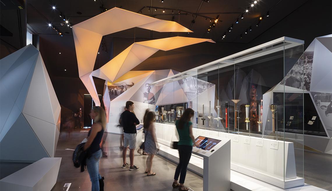 Gente ve antorchas en el Museo Olímpico y Paralímpico de Estados Unidos