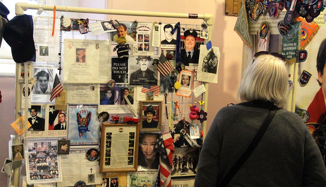 Mujer observa una muestra en un museo en memoria de las víctimas de los ataques terroristas del 11 de septiembre