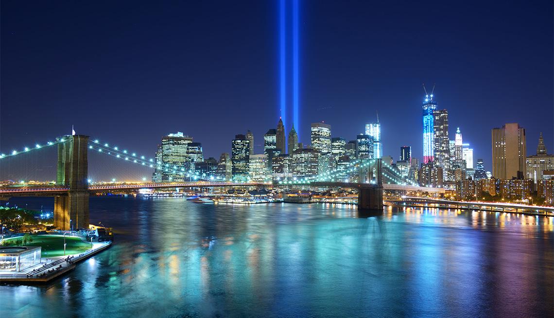 Homenaje con luz en el centro de la ciudad de Nueva York recuerda a las víctimas de los ataques terroristas del 11 de septiembre