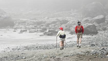 Pareja caminando - Caminatas fáciles para disfrutar el paisaje