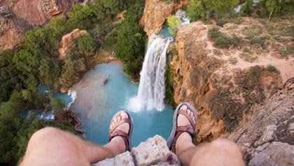Una persona mira hacia abajo una caída de agua - 5 cosas a evitar en los Parques Nacionales