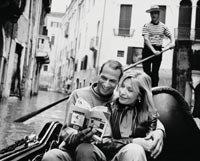 5 cosas que no encuentra en las guías de viajeros - Pareja en una góndola en Venecia, Italia