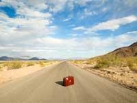 Maleta en la mitad de un camino desierto -  ¿Qué hacer cuando su maleta esta perdida?