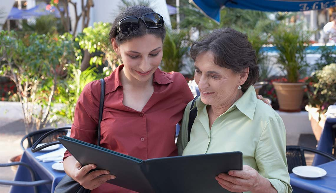 Excelentes escapes para madre e hija - Madre e hija ven el menú de un restaurante