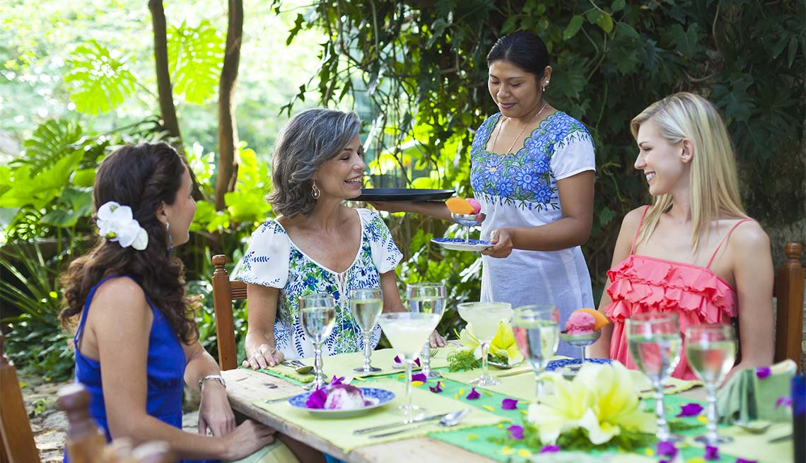 Excelentes escapes para madre e hija - Mujeres cenando