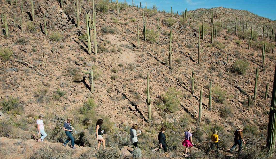 Excelentes escapes para madre e hija - Mujeres caminando en el desierto