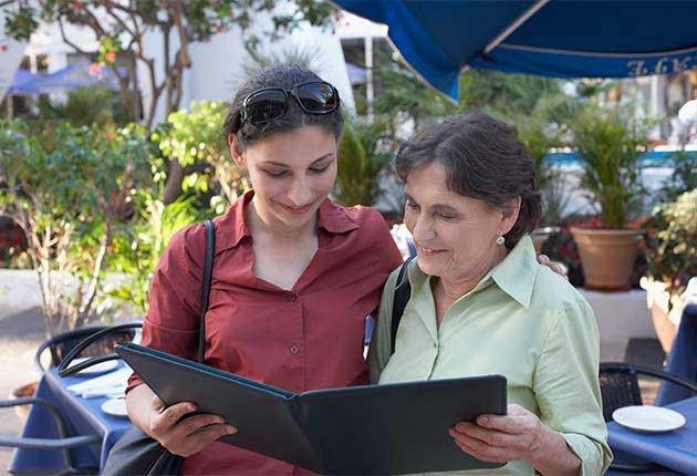 Excelentes escapes para madre e hija - Madre e hija viendo un menú