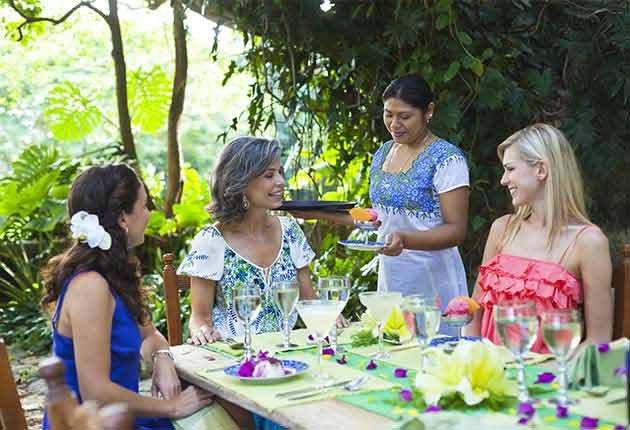 Excelentes escapes para madre e hija - Grupo de mujeres conversando en la mesa