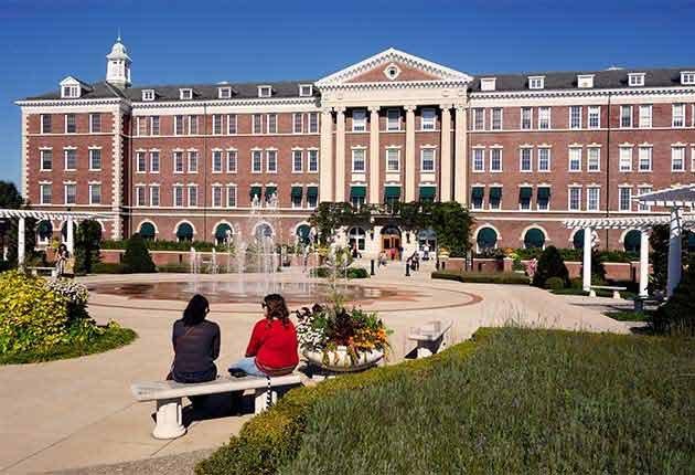 Excelentes escapes para madre e hija - Madre e hija sentadas frente al Culinary Institute of America