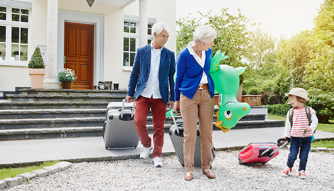 Grandparents Grandaughter Wheel Suitcases, Leaving House, Tips for Choosing Luggage