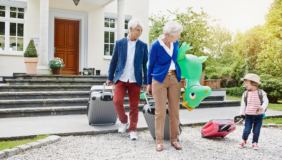 Grandpas Grandaughter Wheel Suitcases Leaving House Tips For Choosing Luggage