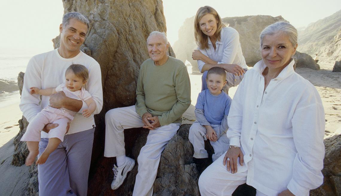 item 11 of Gallery image - Grupo familiar posan para la foto mientras están de vacaciones
