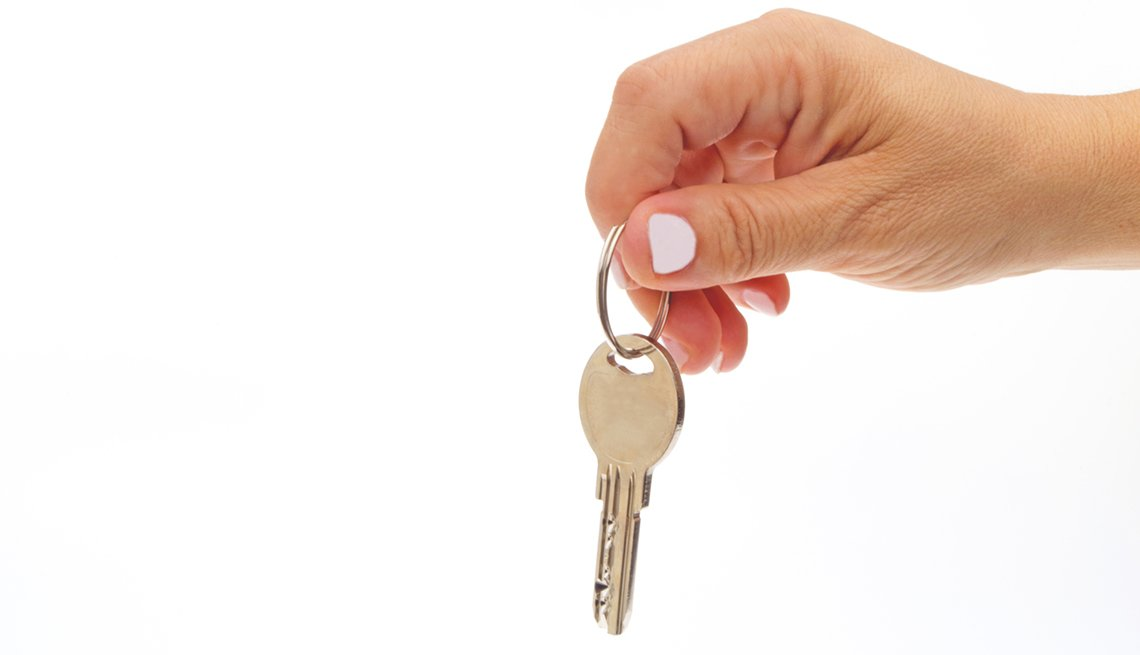 Close Up Of A Woman's Hands Holding House Keys, How To Be A Perfect Houseguest