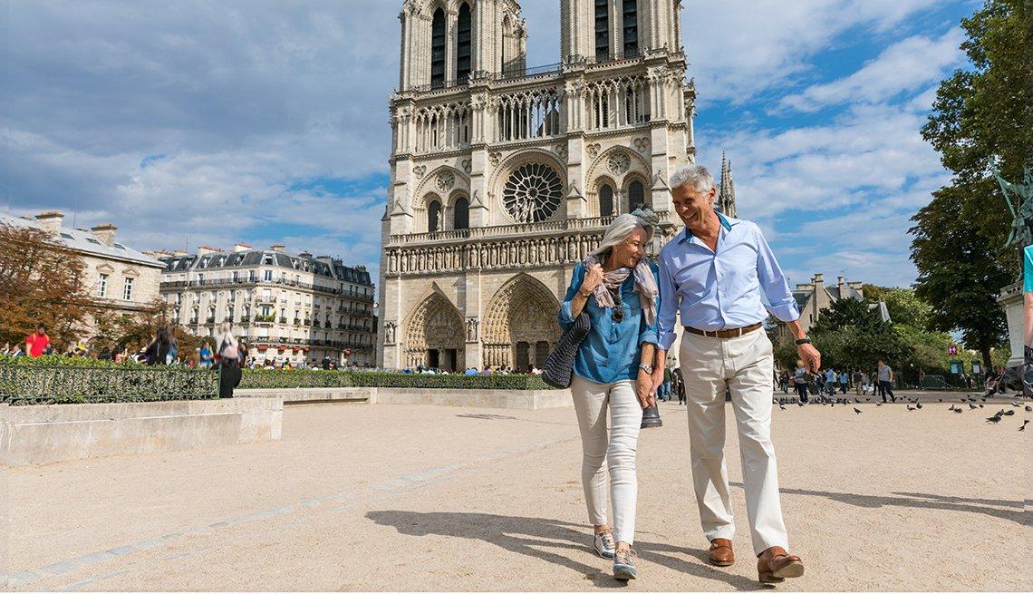 couple walking in Paris