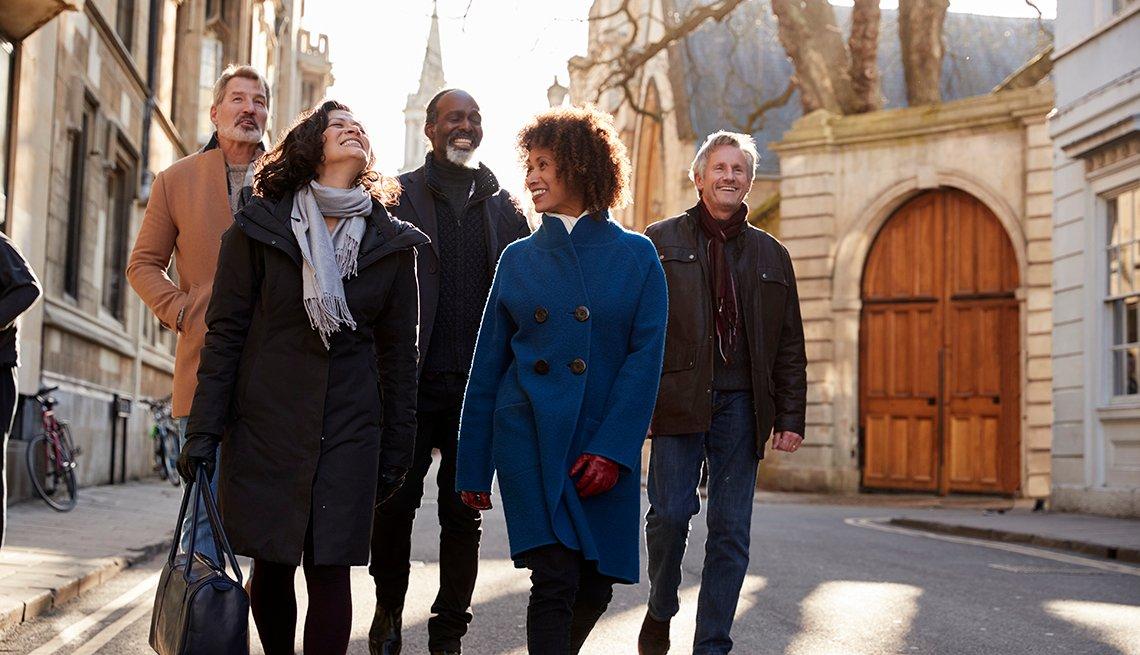 Grupo de amigos camina por la ciudad.