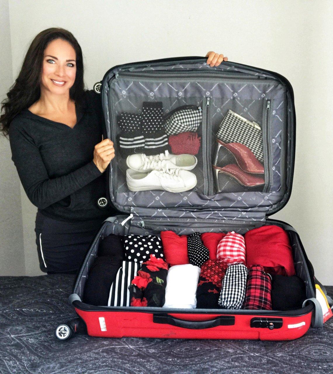 Carmen Dominicci muestra cómo quedó empacada su maleta de viaje.