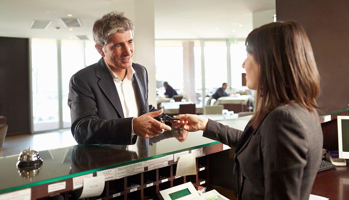 Hombre registrándose en un hotel