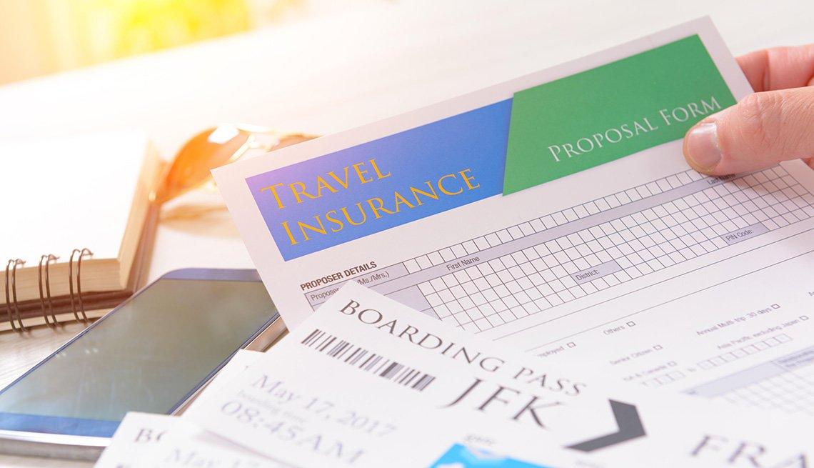 Persona sostiene los documentos del seguro de viaje