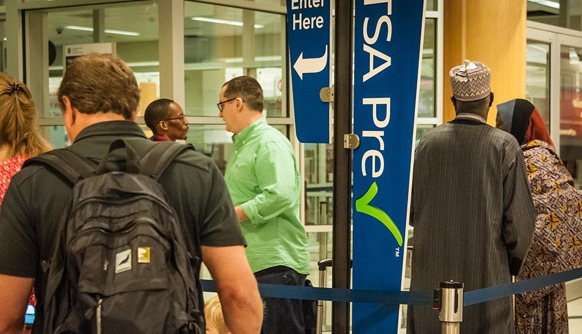 Personas hacen fila en la línea TSA PreCheck en el Aeropuerto Internacional Hartsfield Jackson de Atlanta