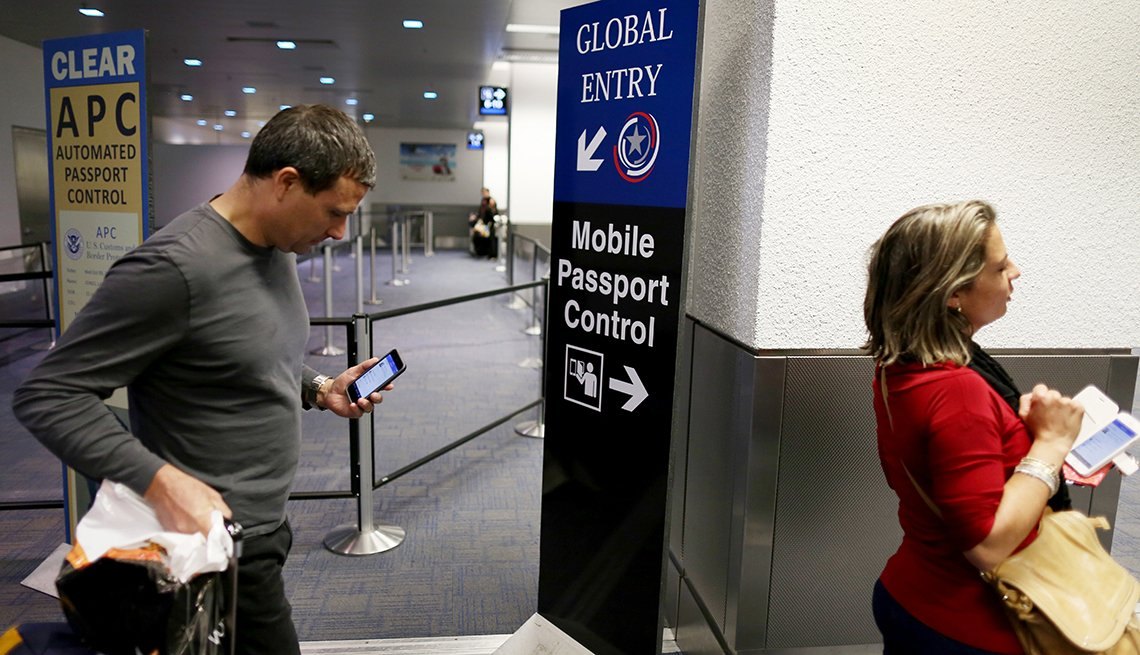 Un hombre y una mujer entran en un control de aduanas en un aeropuerto