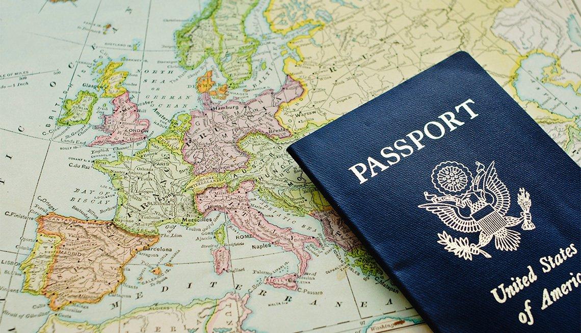Mapa mundial con pasaporte estadounidense en la parte superior