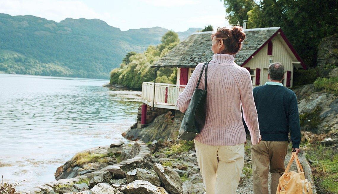 Pareja visita una casa de vacaciones cerca del agua