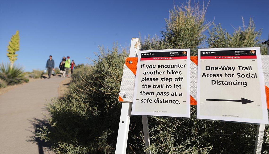 Letrero de advertencia por la pandemia de COVID en el Parque Nacional Joshua Tree