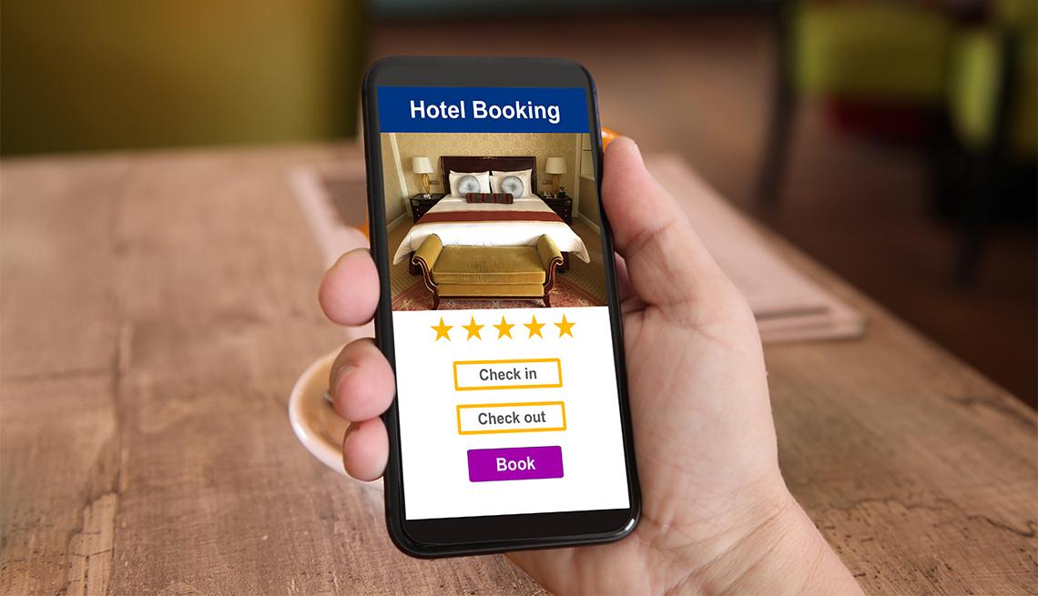 En la pantalla de un teléfono se observa la reserva de la habitación en un hotel