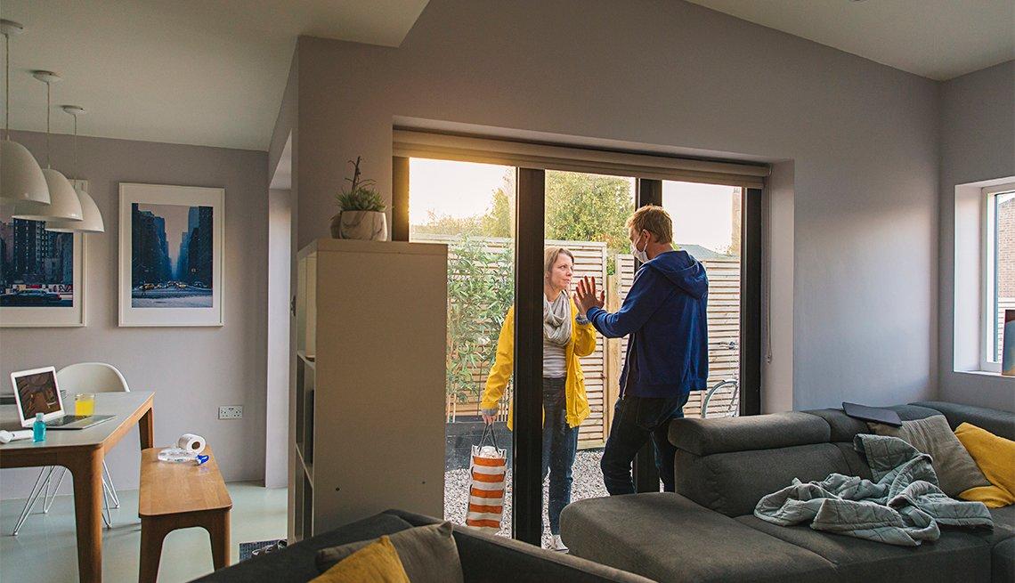 Hombre en cuarentena en casa recibe la visita de una mujer