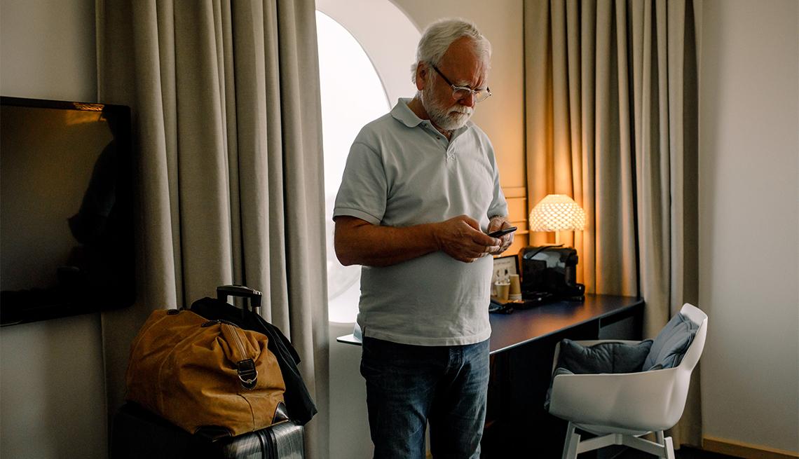 Hombre en cuarentena en una habitación de hotel