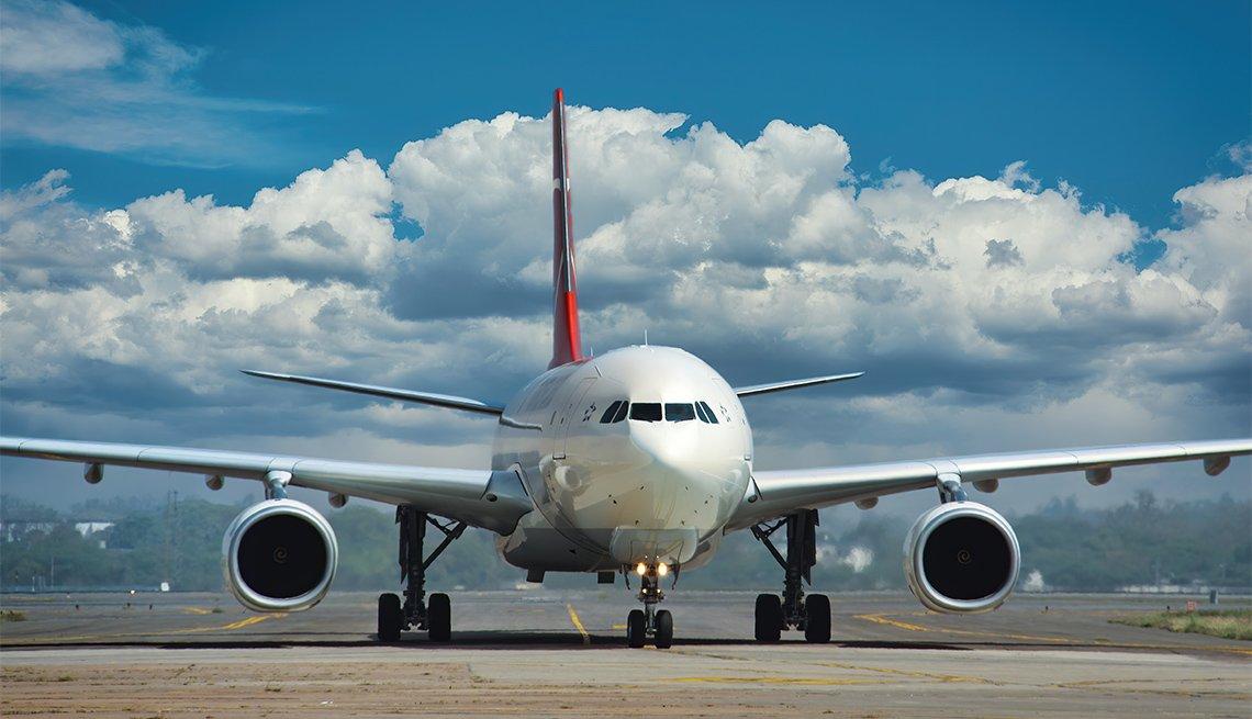 Avión comercial a punto de despegar