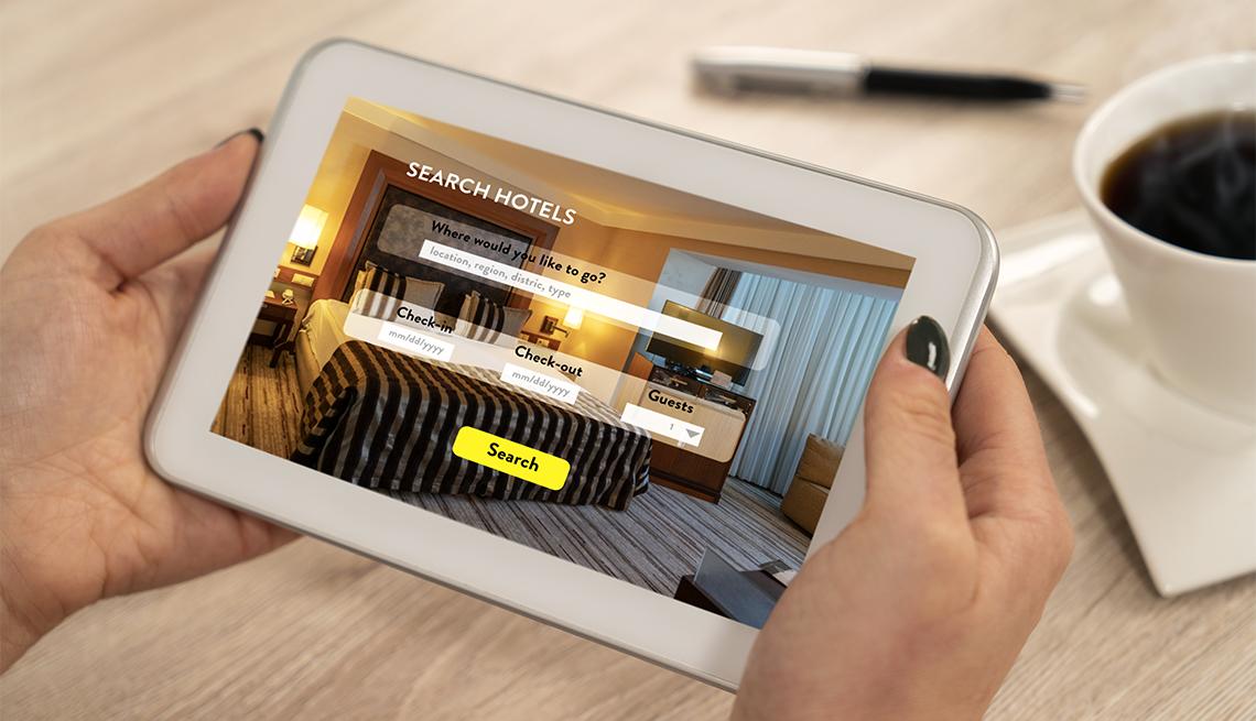 Mujer busca hoteles en una tableta electrónica