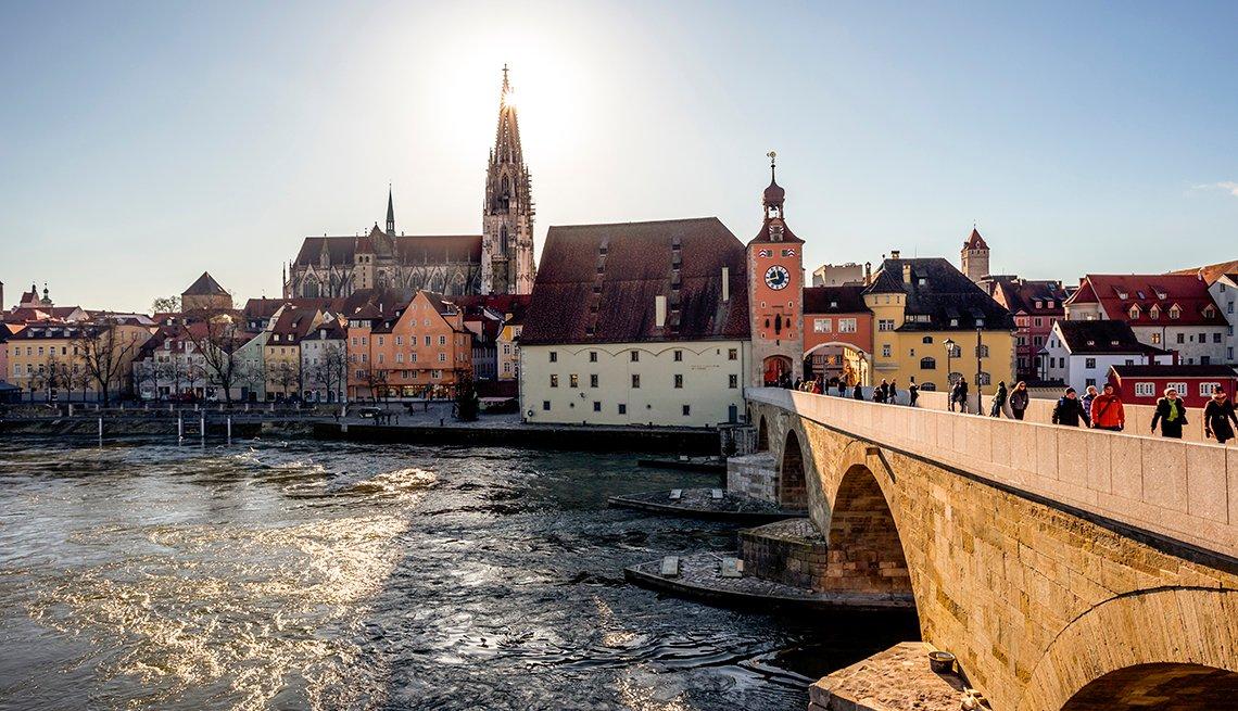 Puente sobre el río Danubio en Regensburg Alemania