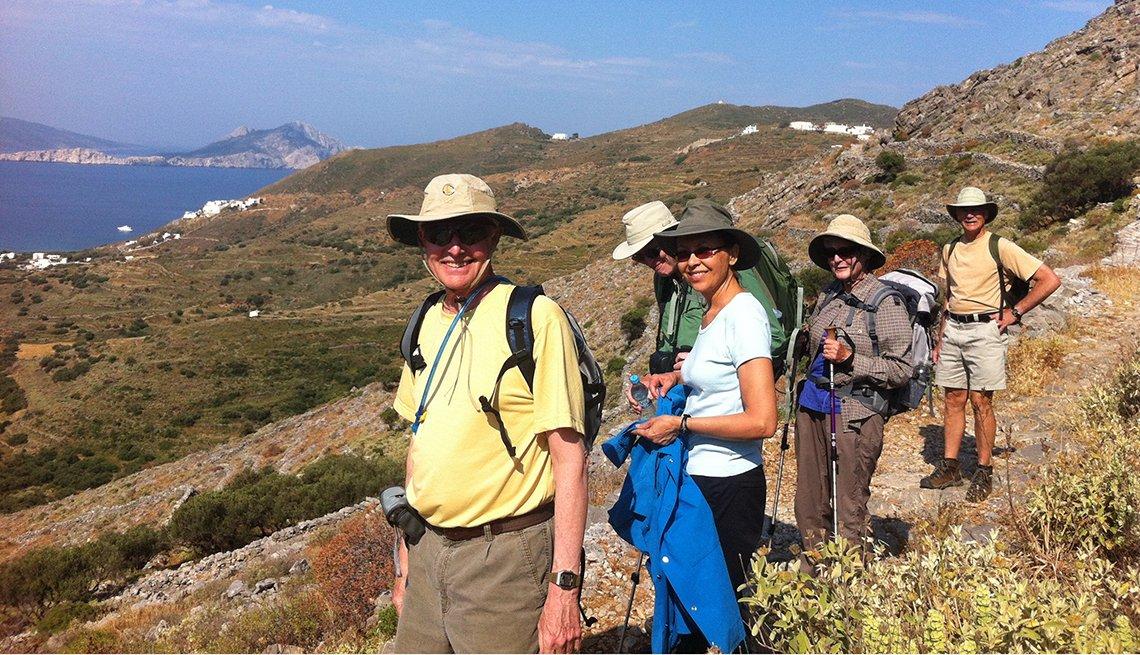 Grupo de personas camina en las montañas de Grecia