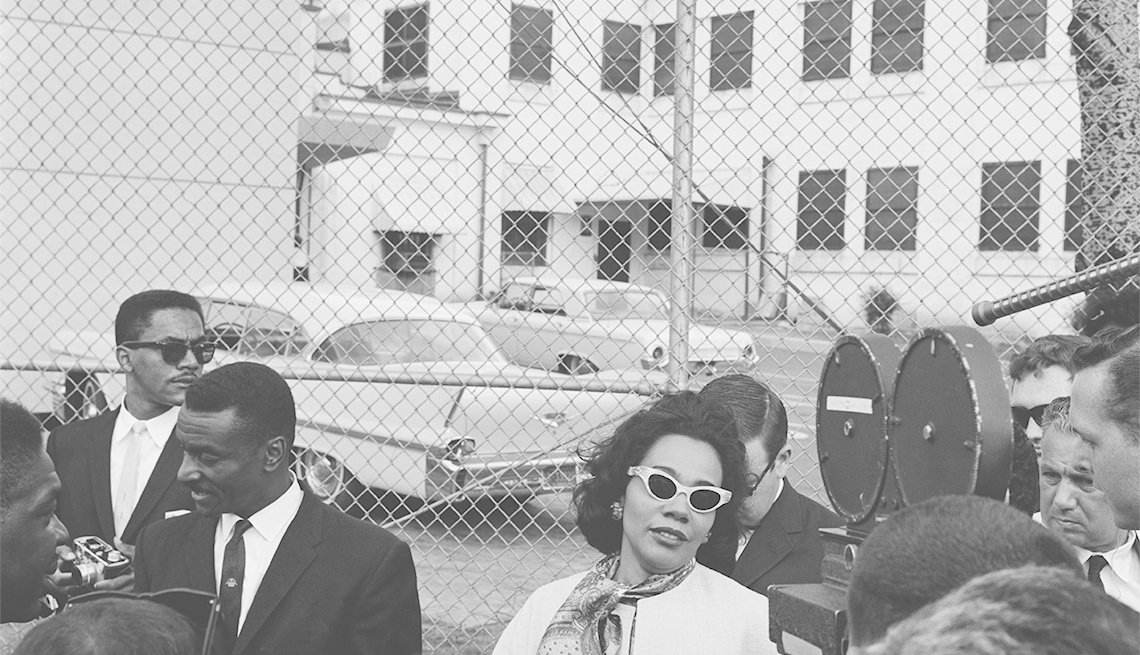 Coretta Scott King, la esposa del activista de derechos civiles Martin Luther King Jr., con su compañero activista Fred Shuttlesworth fuera de la cárcel de la ciudad de Birmingham