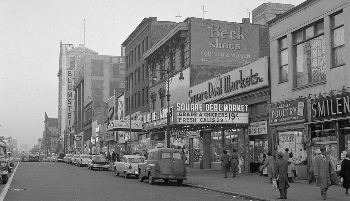 Foto a blanco y negro de la calle 125 en Harlem, Nueva York