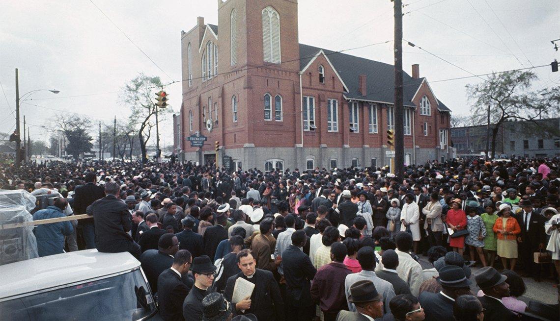 Manifestantes reunidos fuera de la Iglesia Bautista Ebenezer