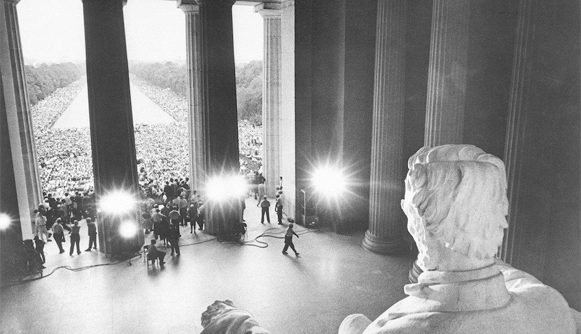 Personas se reúnen frente al monumento a Lincoln para protestar contra la discriminación racial