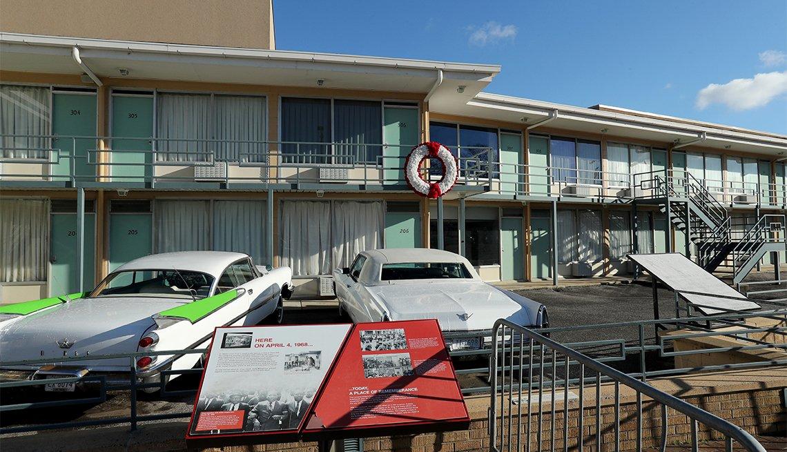 Una vista exterior del motel Lorraine durante el recorrido por el Museo Nacional de Derechos Civiles