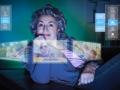 Mujer mirando fotografías digitales - ¿Qué está de moda para conectarse en linea?