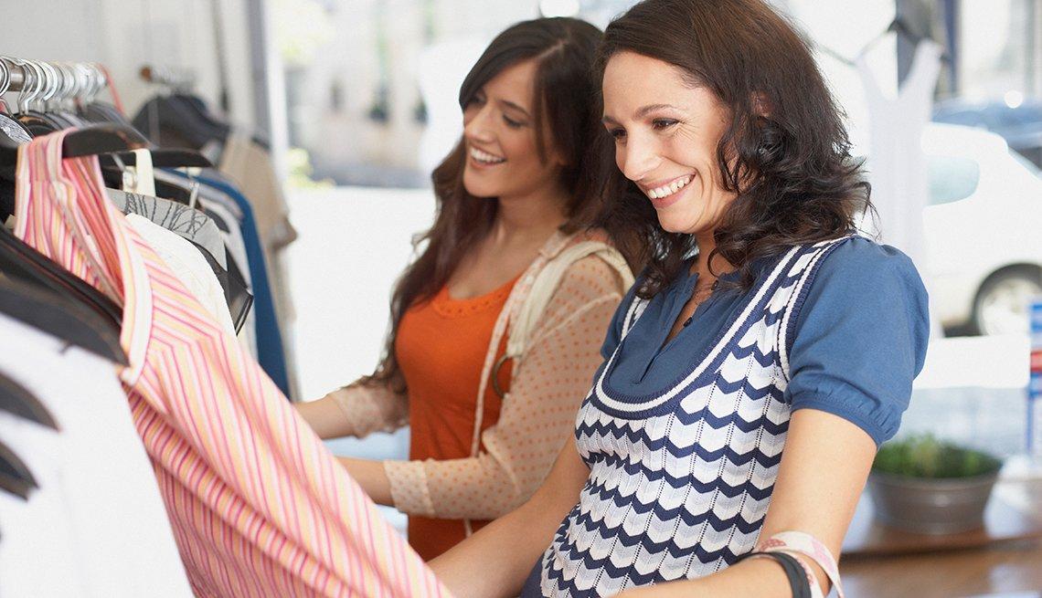 Escapes turísticos para mujeres - Dos mujeres comprando ropa