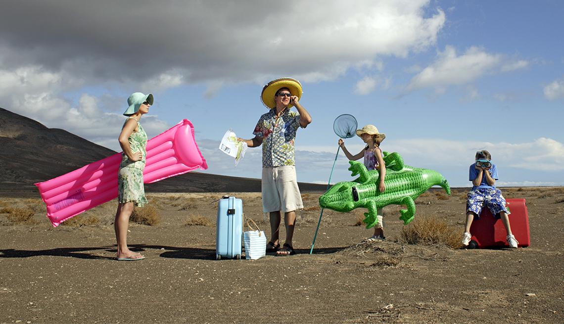 Familia varada en la playa con equipaje
