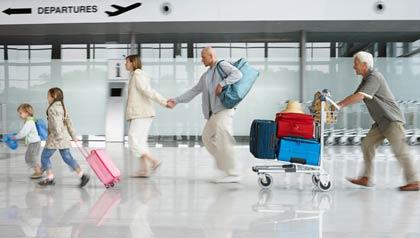 Familia en un aeropuerto - 9 Consejos para viajar