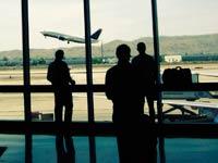 Personas en un aeropuerto - Esta usted preparado para viajar?