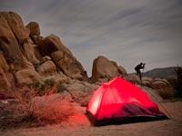 Planifique de antemano y disfrute de la soledad y el sosiego que ofrece un campamento en el desierto.