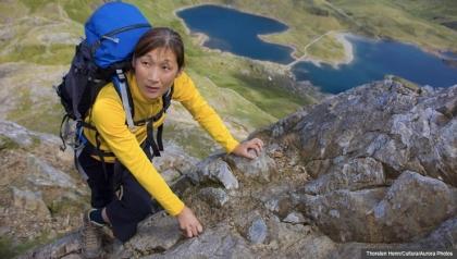 Mujer con equipo de escalado - 7 Consejos de seguridad para viajar solo