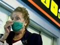 5 enfermedades que evitar si viaja por EE.UU. - Mujer tiene puesta una mascarilla que le tapa la nariz y boca para prevenir el contagio de enfermedades.